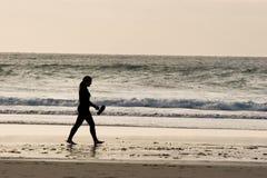 Muchacha que recorre en la playa imagen de archivo