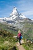 Muchacha que recorre en las montañas Imagenes de archivo