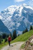 Muchacha que recorre en las montañas Fotografía de archivo libre de regalías