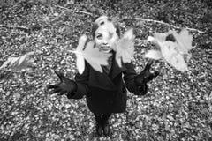 Muchacha que recorre en parque del otoño El árbol con amarillo sale de volar para arriba Fotografía de archivo