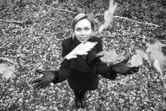 Muchacha que recorre en parque del otoño El árbol con amarillo sale de volar para arriba Fotos de archivo libres de regalías