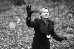 Muchacha que recorre en parque del otoño El árbol con amarillo sale de volar para arriba Fotografía de archivo libre de regalías