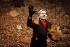 Muchacha que recorre en parque del otoño El árbol con amarillo sale de volar para arriba Imagenes de archivo
