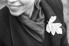 Muchacha que recorre en parque del otoño El sentarse en un árbol La muchacha en Fotos de archivo