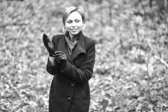 Muchacha que recorre en parque del otoño El sentarse en un árbol La muchacha en Fotos de archivo libres de regalías