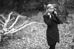 Muchacha que recorre en parque del otoño El sentarse en un árbol La muchacha en Fotografía de archivo