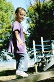 Muchacha que recorre en una viga Foto de archivo libre de regalías