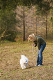 Muchacha que recorre su perro Imágenes de archivo libres de regalías