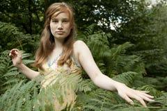 Muchacha que recorre a través de bosque Foto de archivo libre de regalías
