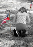 Muchacha que ruega en cementerio Foto de archivo