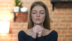 Muchacha que ruega para el perdón, retrato almacen de video