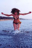 Muchacha que salpica en agua del mar Báltico Fotografía de archivo libre de regalías