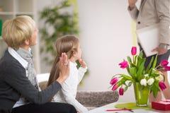 Muchacha que saluda su madre y stay at home con su abuela Fotos de archivo libres de regalías