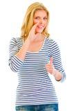 Muchacha que señala buenas noticias y que muestra los pulgares para arriba Fotografía de archivo libre de regalías