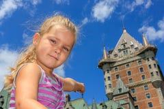 Muchacha que señala el castillo francés Frontenac Foto de archivo libre de regalías