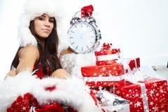 Muchacha que señala en el reloj que muestra cinco minutos al MI Imágenes de archivo libres de regalías