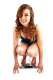 Muchacha que se agacha en escala. Foto de archivo