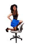 Muchacha que se arrodilla en silla Imagen de archivo