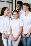 Muchacha que se coloca con el laboratorio de And Classmates In del profesor fotografía de archivo libre de regalías