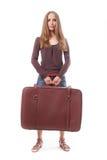 Muchacha que se coloca con la maleta Aislado en blanco Fotografía de archivo libre de regalías