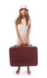 Muchacha que se coloca con la maleta Aislado en blanco Imagenes de archivo