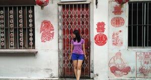 Muchacha que se coloca delante de la calle del arte imagen de archivo libre de regalías