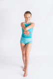 Muchacha que se coloca en actitud de la gimnasia Foto de archivo libre de regalías