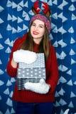 Muchacha que se coloca en decoraciones de la Navidad azul y blanca Fotografía de archivo