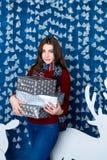 Muchacha que se coloca en decoraciones de la Navidad azul y blanca Imagen de archivo