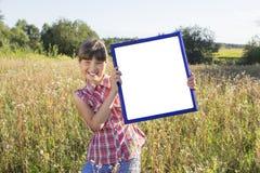 Muchacha que se coloca en el campo de flores, Fotos de archivo libres de regalías