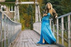 muchacha que se coloca en el puente  Imágenes de archivo libres de regalías