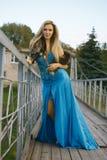 muchacha que se coloca en el puente   Imagenes de archivo