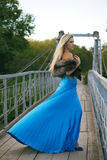 muchacha que se coloca en el puente en el parque. Fotografía de archivo libre de regalías