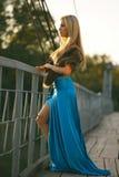 muchacha que se coloca en el puente en el parque. Imagenes de archivo