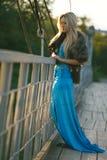 muchacha que se coloca en el puente en el parque. Fotos de archivo libres de regalías