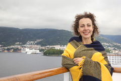 Muchacha que se coloca en la cubierta de la nave Foto de archivo libre de regalías