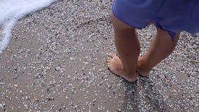 Muchacha que se coloca en la playa almacen de video