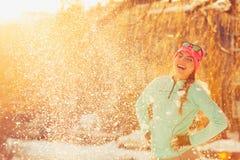 Muchacha que se coloca en nieve Fotos de archivo libres de regalías