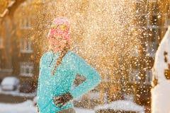 Muchacha que se coloca en nieve Imagenes de archivo