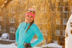Muchacha que se coloca en nieve que cae Fotos de archivo