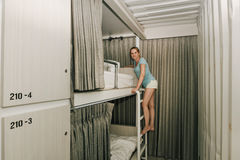 Muchacha que se coloca en un dormitorio elegante del parador fotografía de archivo libre de regalías