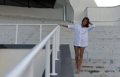 Muchacha que se coloca en un estadio vacío Fotografía de archivo libre de regalías