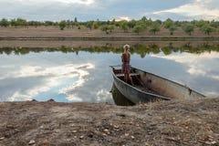 Muchacha que se coloca en una pesca del barco Fotos de archivo
