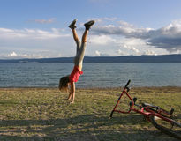 Muchacha que se coloca upside-down Fotografía de archivo