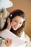 Muchacha que se divierte con su tableta Fotografía de archivo libre de regalías