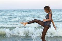 Muchacha que se divierte en el mar Fotografía de archivo libre de regalías