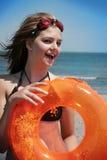 Muchacha que se divierte en la playa Imagen de archivo