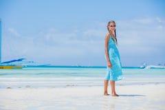 Muchacha que se divierte en la playa tropical Fotografía de archivo