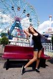 Muchacha que se divierte en parque de atracciones Fotografía de archivo libre de regalías