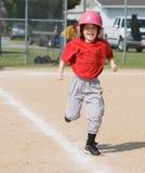 Muchacha que se ejecuta en béisbol fotos de archivo libres de regalías